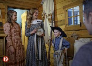 Kids in pioneer clothing